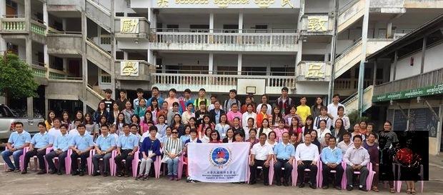 2018年緬甸華校幼兒教育研習班始業式,柳潤蒼(右7)、顏妙桂(右9)與參加培訓教師合影。