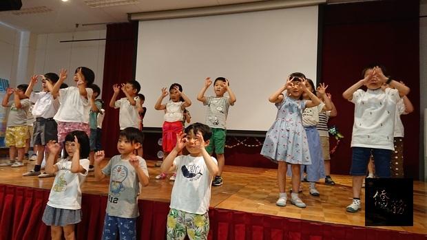 大阪中華學校低年級同學表演舞蹈。