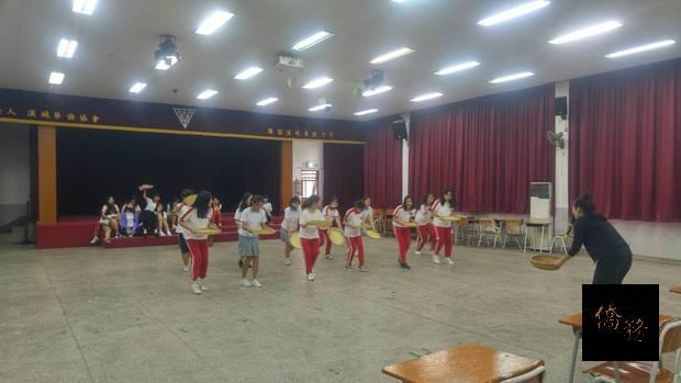 學生練習採茶舞。