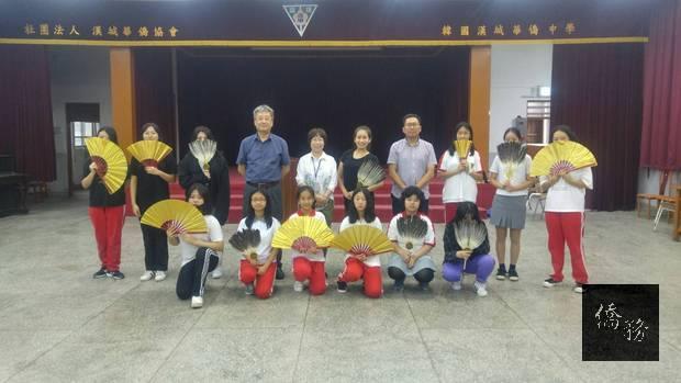 文化老師與學校師長及學生合影。