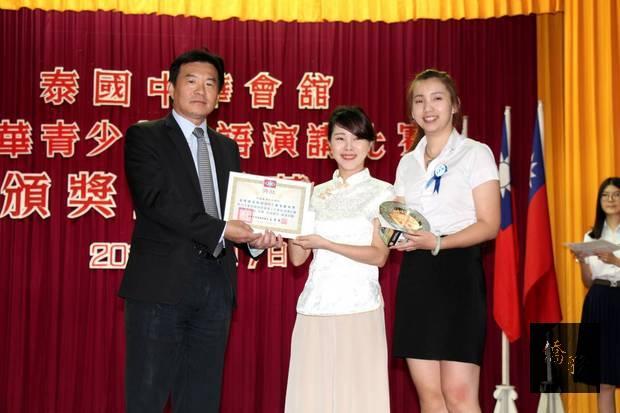 高家富頒獎給大學組冠軍張富佩。