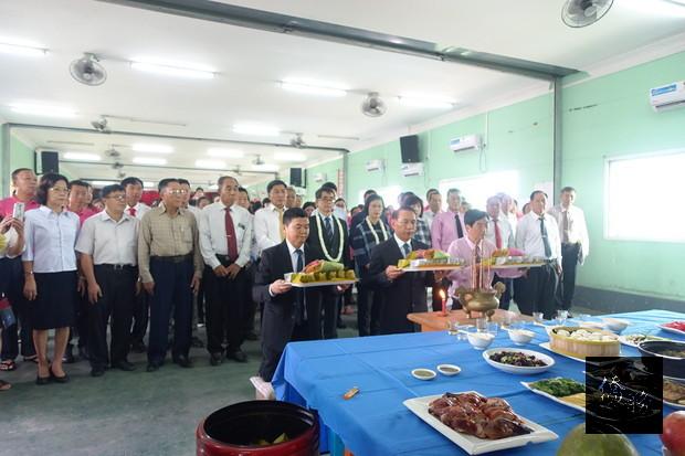 祭孔典禮由毛董事長富林擔任主祭、寸監事長得仲及尹總校長正榮陪祭,儀式莊嚴隆重。