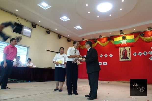 駐緬代表張俊福(右)頒發陳國華老師(左)服務滿20年資深教師獎。