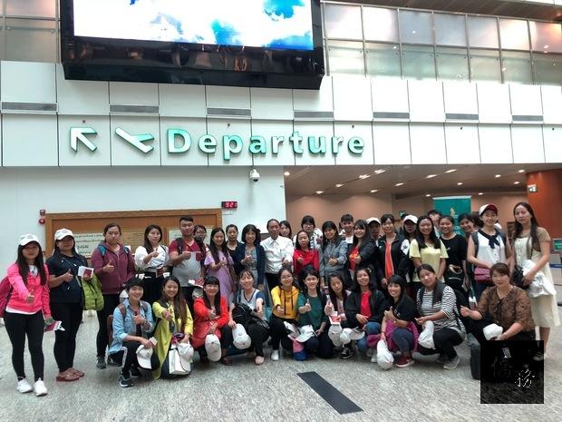 楊碧華及緬甸明德文教會會長陳自廷與參加僑委會「107年緬甸華文教師研習班(幼教暨小學低年級)」37名教師在仰光機場合影。