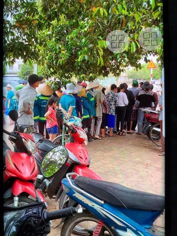 現場民眾排隊等候領取慈善團膳。