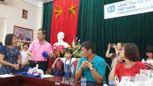 太平分會探訪SOS孤兒院童(左至右:吳俊德、陳文進、黃秀滿)。