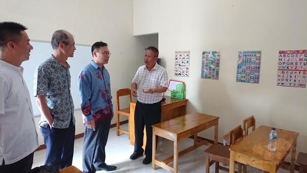 藍夏禮(右2)參觀學齡前教室