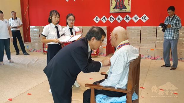 張俊福代表為段必堯配戴獎章