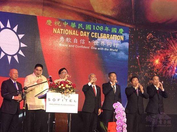 徐佩勇(左4)與菲國官員及僑界代表等嘉賓向與會來賓敬酒。