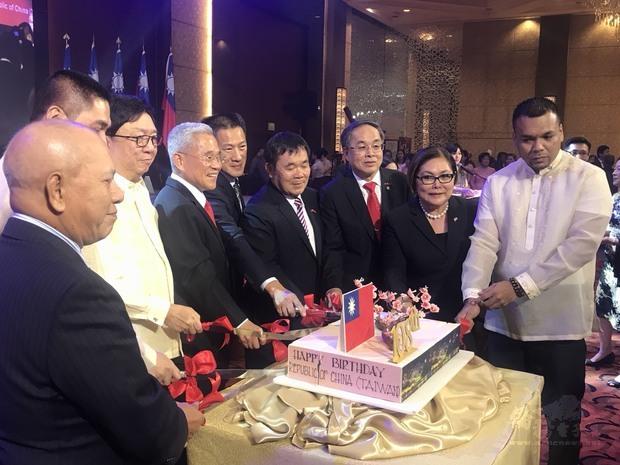 國慶晚會切蛋糕慶賀中華民國108歲生日。
