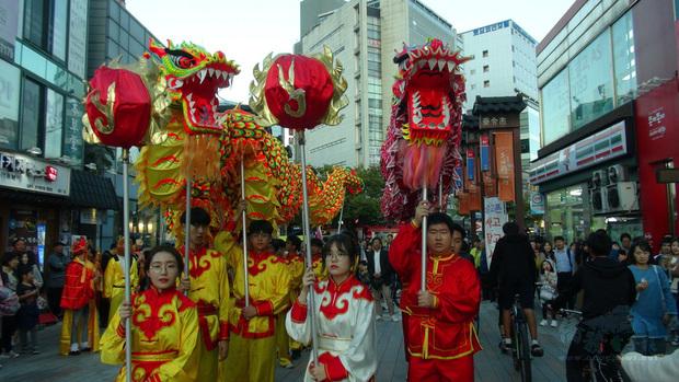 第13屆「大邱華僑中華文化祝祭」19日在大邱市舉行,釜山僑中祥龍隊在大邱助興演出並上街遊行。(中央社提供)