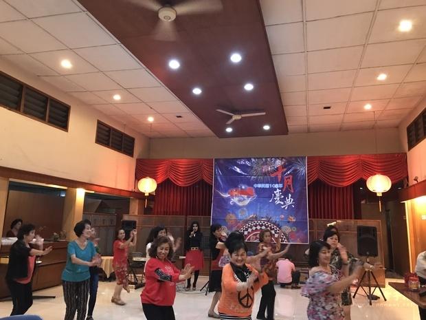 華社婦女以歌舞同歡慶賀。