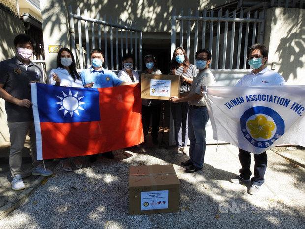 菲律賓台商總會總會長黃雅惠(右3)代表全體會員8日捐贈3000片醫療級口罩給龐加辛南省(Pangasinan)省立醫院,由馬尼拉辦事處董事夏仁杰(右4)代表接受。