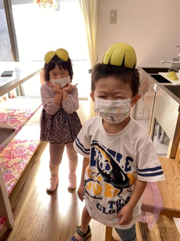 小朋友開心戴上文旦帽。