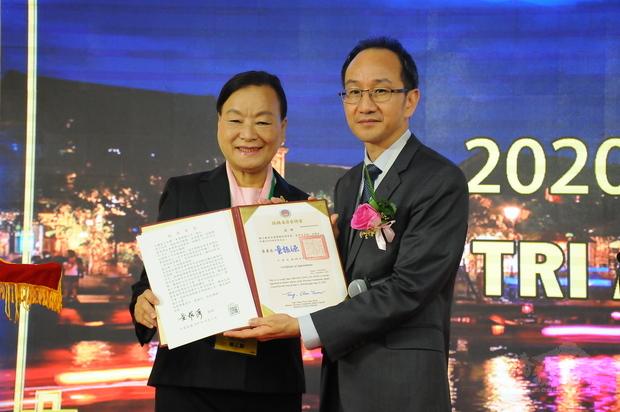 鍾文正(右)代表僑委會頒發楊玉鳳(左)等榮譽職聘書。
