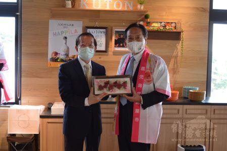 鹿兒島縣鹿屋市長中西茂(照片右)歡迎謝代表(左)。
