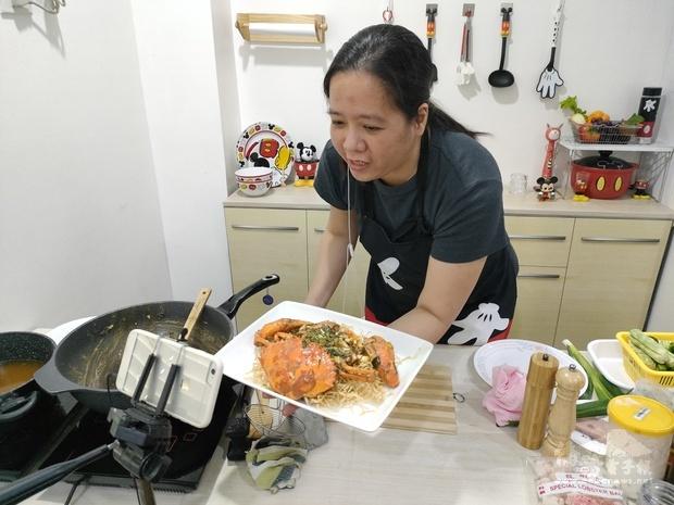 王鈴鈴老師教導學員烹煮咸蛋黃炒蟹,並且如何擺盤。