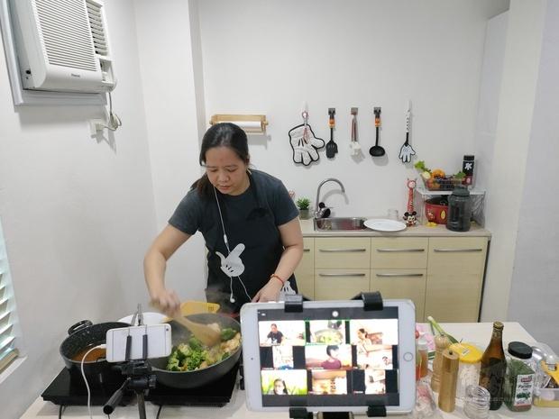 王鈴鈴老師示範烹煮西蘭花炒龍蝦球。
