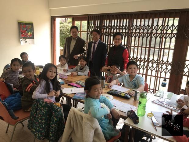 賴金城參觀華心中文學校上課情形。