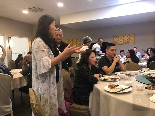 明翠中說明模里西斯僑界急難救助協會籌組經過。