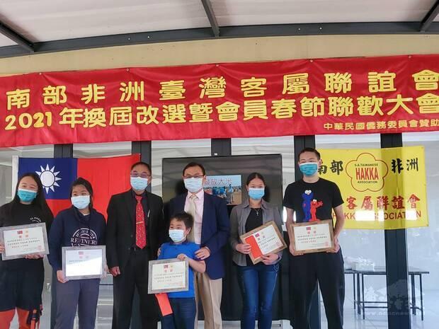 賀大使忠義(右3)與羅會長應肇(左3)頒獎優秀學生獎學金