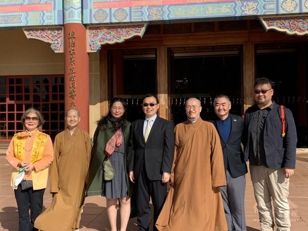賀大使夫婦(右4)偕同僑務秘書方海波及主事鄭又銘拜會南華寺。