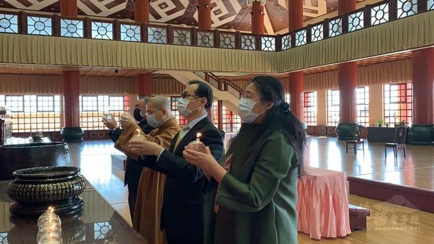 賀大使夫婦與南華寺法師齊為花蓮太魯閣火車事故傷亡旅客及家屬祈福。