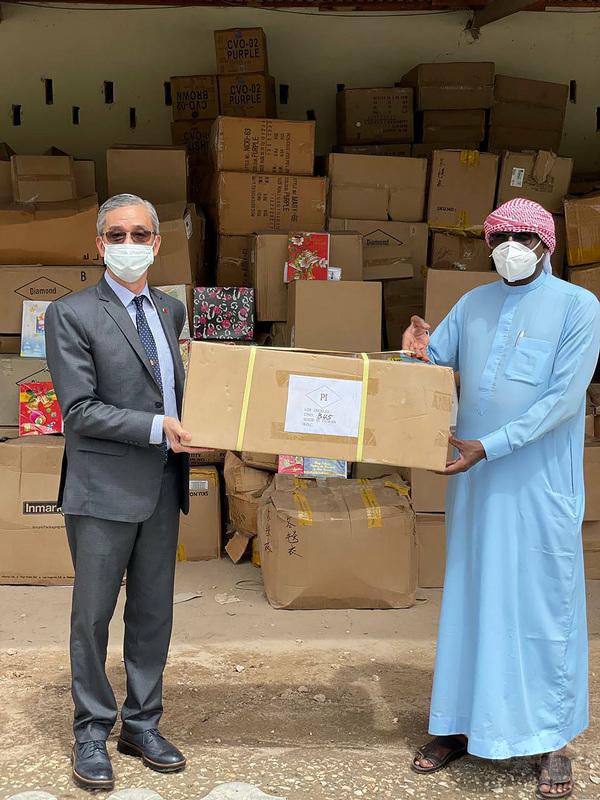 駐索馬利蘭代表處與幫幫忙基金會合作,27日捐贈民生用品、電腦、醫療設備及發電機等物資給當地,發揮愛心無國界的暖實力。圖為駐索馬利蘭代表羅震華(左)移交物資給索國外交部主任祕書賈瑪(右)。(駐索馬利蘭代表處提供)