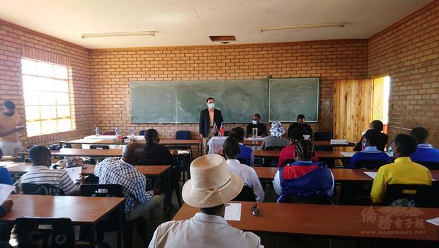 駐南非代表賀忠義(站立者)代表中華民國政府捐贈偏鄉地區3所中學女性衛生用品,並在學校之一的莫魯爪中學捐贈儀式上致詞。(駐南非代表處提供)