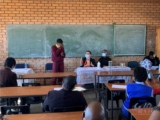 駐南非代表賀忠義代表中華民國政府捐贈當地偏鄉地區3所中學女性衛生用品,一名女學生(左側站立者)感動得泣不成聲,再三感謝台灣的協助讓她們可以在生理期間順利上學。(駐南非代表處提供)