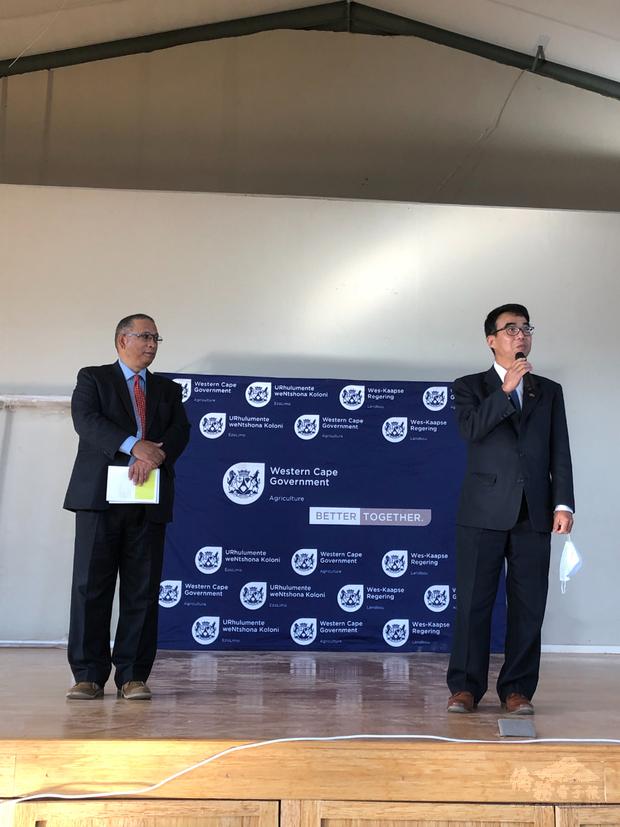 林映佐出席高中畢業生升學及就業展並訪視當地小學