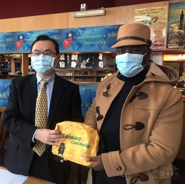 賀大使忠義(左)贈僑委會防疫包予出席貴賓