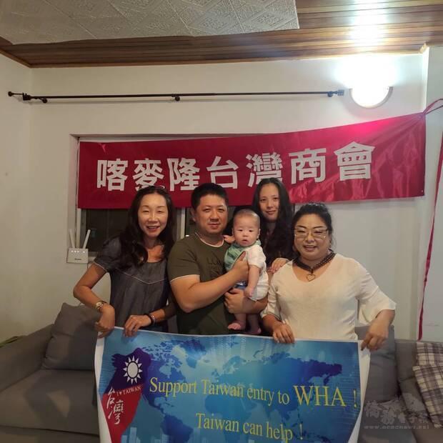 喀麥隆臺灣商會會長彭俐萍(右) 及聲援僑胞