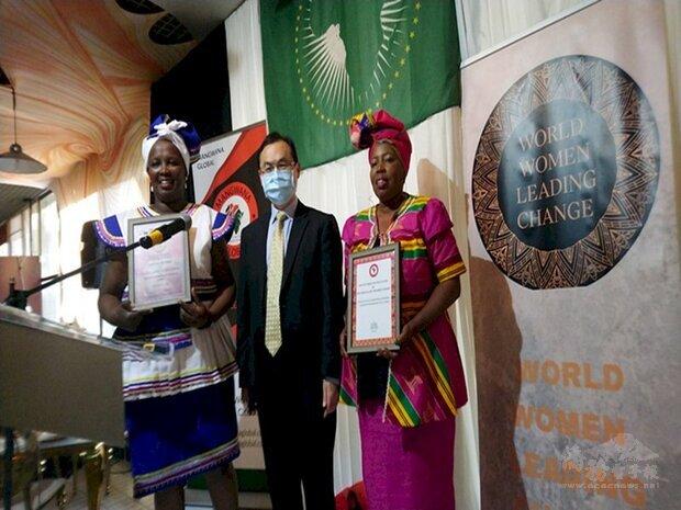 駐南非代表賀忠義 (中) 受邀出席跨國婦女賦權民間組織「世界女性引領變革」週年慶暨非洲月活動。會後與組織會員合影留念。(駐南非代表處提供)
