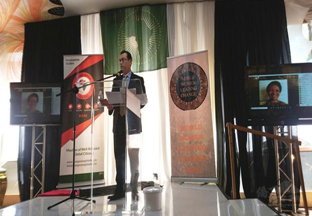 駐南非代表賀忠義受邀出席跨國婦女賦權民間組織「世界女性引領變革」週年慶暨非洲月活動,並在演講中分享台灣在兩性平權及婦女賦權領域的成就。(駐南非代表處提供)
