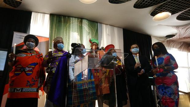 駐南非代表賀忠義 (右2) 受邀出席跨國婦女賦權民間組織「世界女性引領變革」週年慶暨非洲月活動,並與其他貴賓共同點燃蠟燭為全球女性祈福。(駐南非代表處提供)