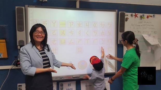 注音符號教學,吳春芳 (左)、老師吳艾瑾(右)。