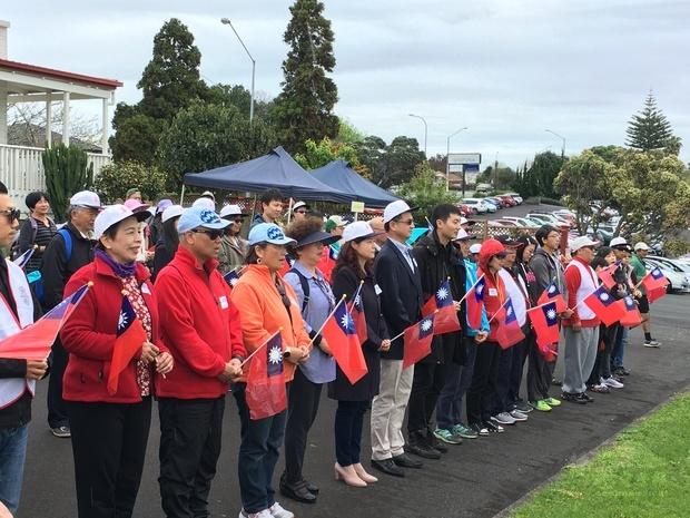 僑胞踴躍參加升旗。