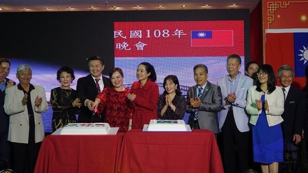 與會嘉賓共切國慶生日蛋糕,林挺瑞(左三)、王雪虹(左四)、吳春芳(右二)。