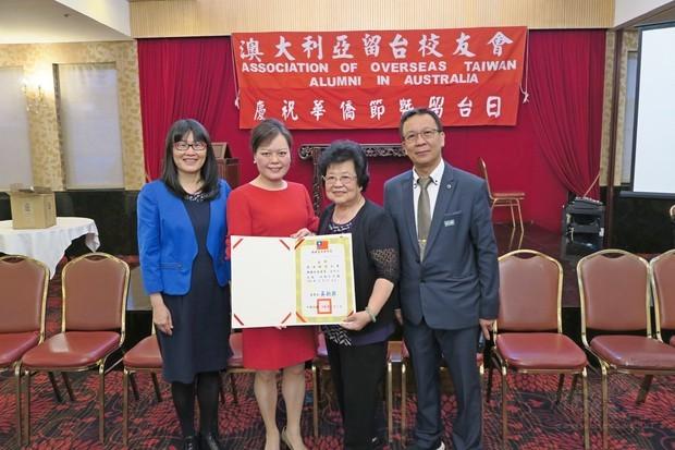 王雪虹(左二)代表吳新興頒發賀聘書予續任僑務促進委員黃清婷(右二),吳春芳(左一)、黃煥南(右一)。
