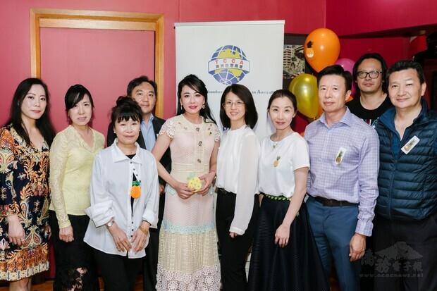 劉姸宏與部分商會幹部理監事合影