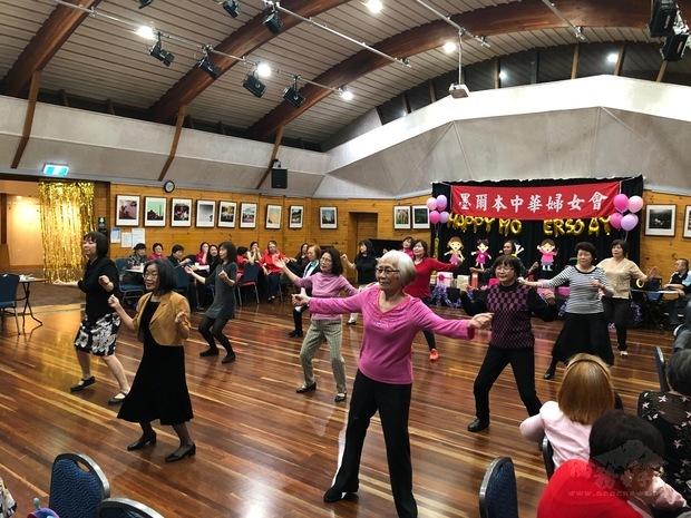 「臺灣舞蹈研習社」表演精彩活潑舞蹈。
