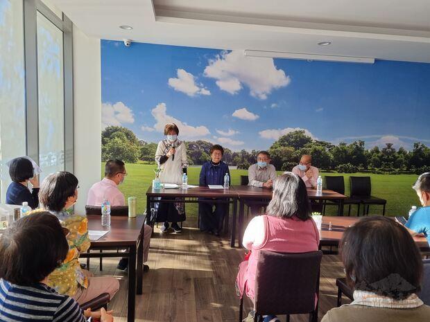 曾春梅女士(左一)說明臺灣過去如何以觀察員的身份協助其他成員國