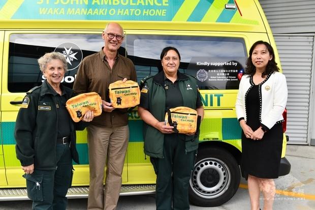 世華工商婦女企管協會贈送救護車人員防疫關懷包。