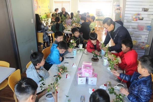 廖金寶老師指導學生學習插花。