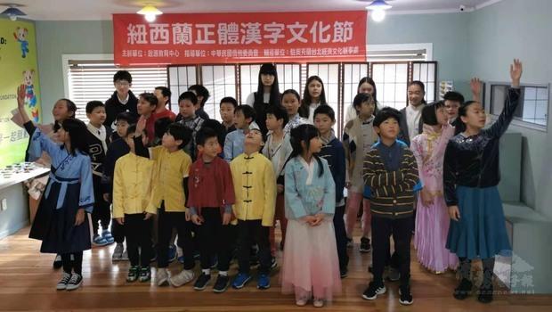 學生表演唐詩。