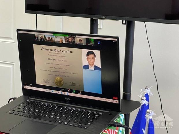 駐關島辦事處長陳盈連14日成為關島大學國際經濟榮譽協會的榮譽會員,是首位以非該校成員身分,也是關島外交圈首位獲得這項殊榮的外交官。(駐關島辦事處提供)