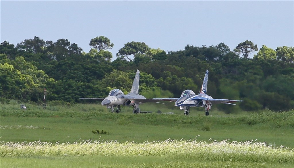 圖說 : An Indigenous Defense Fighter (left) and a new advanced jet trainer.