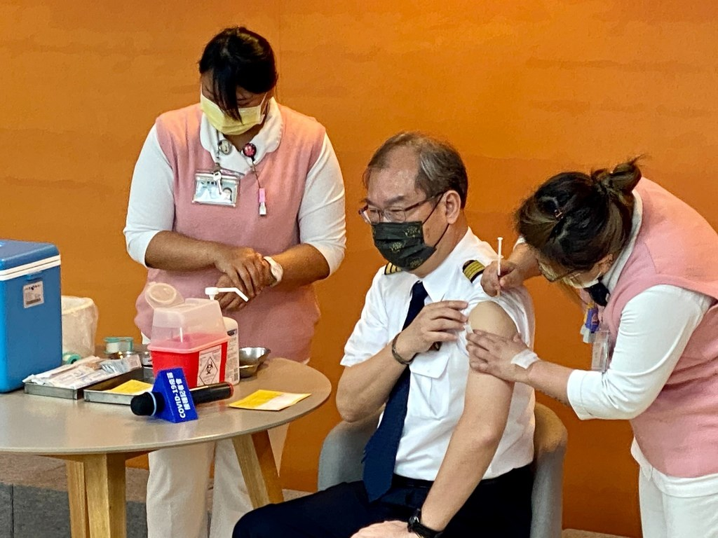 圖說 : China Airlines President Kao Shing-hwang (center), a trained pilot, receives a COVID-19 vaccine shot.