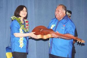 President Tsai Ing-wen, left, presents an acoustic guitar, handmade by a Taiwanese Aboriginal luthier, as a gift to Nauruan President Baron Divavesi Waqa in Nauru yesterday./Photo courtesy of Taipei Times